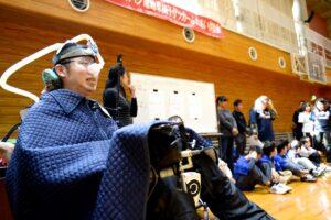 応援席で体験試合を楽しむ選手たちを見つめる平野誠樹Yokohama Crackers監督