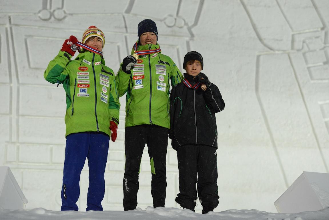 2月9日、男子スプリント立位の表彰式。1位・新田佳浩、2位・佐藤圭一、3位・戸津勝由