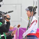 Woman's 6km standingを終え、取材陣のインタビューに答える太田選手(撮影:ICHIKAWA RYO/StudioAFTERMODE)