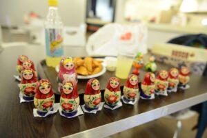 お昼ゴハンのテーブルにマトリョーシカを並べて写真撮影。ソチのショッピングモールのフードコートにて。