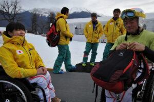 トレーニング中止の知らせを受け、緊張から解放された狩野亮選手(右)と、チーム最年少の村岡桃佳選手(左)。村岡選手は滑降には出場しない。