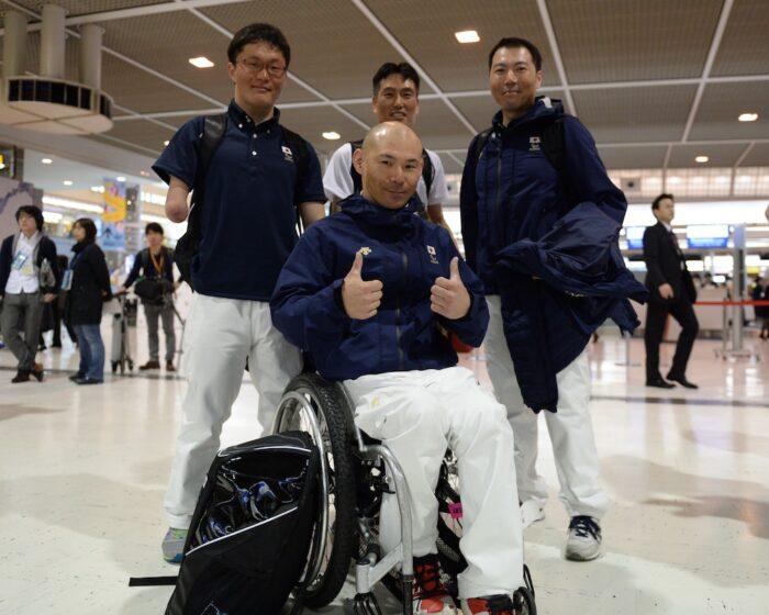 座位・谷口彰選手、立位左から山崎副太郎選手、阿部敏弘選手、東海将彦選手