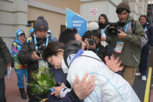 回転(男子)シッティングクラスメダルセレモニー後、福島から駆けつけた母弘子と3大会越しの金メダルをねぎらう(写真:比嘉優樹)