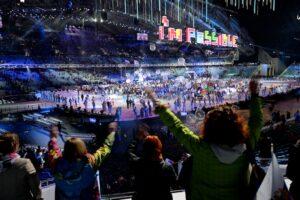 ステージの選手たちに向かって手を振り閉会を名残惜しむロシアの人々