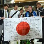 アジア選手権に向け成田空港を出発するパラトライアスロン選手、スタッフ
