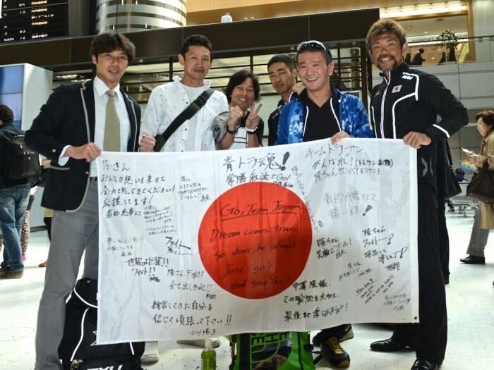 成田空港を出発する日本代表選手・スタッフ