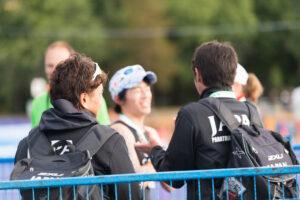 1位フィニッシュ後、コーチに囲まれる佐藤