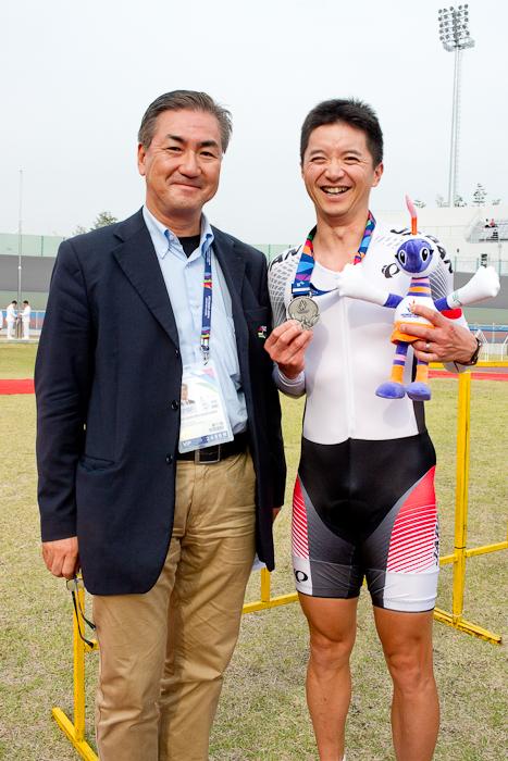 個人追抜[男子C4-5]表彰式後、石井雅史(C4)に祝福の言葉をかける松倉信裕TD(左)