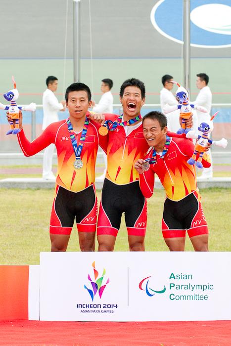 1kmタイムトライアル[男子C1-5]。左からリウ・シンヤン(C5)、リ・チャンユ(C1)、シェ・ハオ(C2)。男女とも幅広いクラスに世界トップ級選手を揃える中国が表彰台を独占した