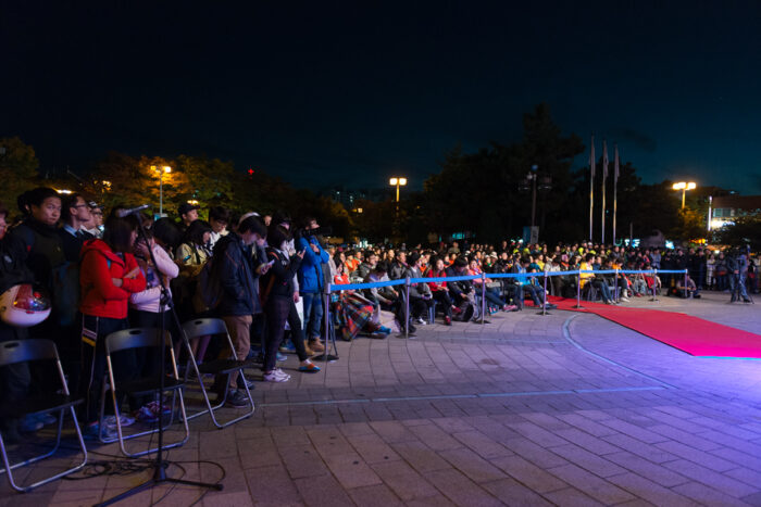 セレモニーは夕方から、韓国語のみで行なわれ、地元の人々が集まっていた。