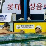 男子400M自由形S9で1位になった韓国のKWON Hyun選手と握手する山田拓朗