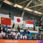 女子100M自由形S5表彰式で国旗掲揚