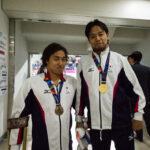 木村潤平(左)と江島大佑(右)100M背泳ぎ表彰のあと