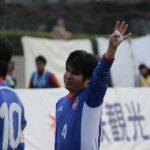 観客に手をあげて応える田中章仁