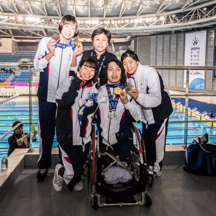 パラリンピックでのメダル獲得を目標に日本代表コーチ峰村史世(上右)が指導するチーム。池愛里(上左)、西田杏(左)、鈴木孝幸(中央)、水上真衣(右)最終日