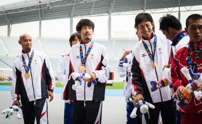 リレーで優勝した日本。メダルセレモニーで。左から、多川知希、佐藤圭太、鈴木徹、山本篤