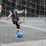 ブラインドサッカーを体験する少女