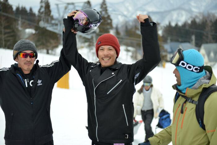 優勝した鈴木隆太選手とチームメイト