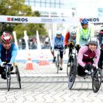 横浜マラソン、来年の車いすフルマラソンにむけた試走で、フィニッシュするパラリンピアン。左・花岡伸和選手(千葉)、右・土田和歌子選手(東京)