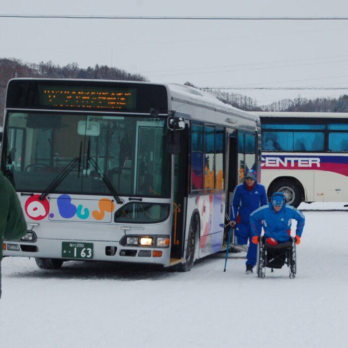 市街と会場を結んだシャトルバスは旭川電気軌道(株)提供のノンステップバス。同社は1997年、全国に先駆けてノンステップバスを大量導入したことで知られる、福祉にも熱心な会社 (撮影:星野恭子)