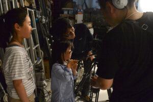 代わる代わるビデオカメラマンを担当する子供たち