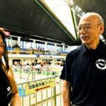 6月6日「800m自由形で自己ベストを更新した」と報告する鎌田美希と日本身体障がい者水泳連盟常務理事の櫻井誠一さん