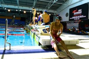 IPC水泳世界選手権の会場で練習する日本選手団。手前は1日目に