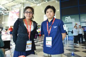 峰村史世監督(右)と筆者。お忙しい中ありがとうございました。