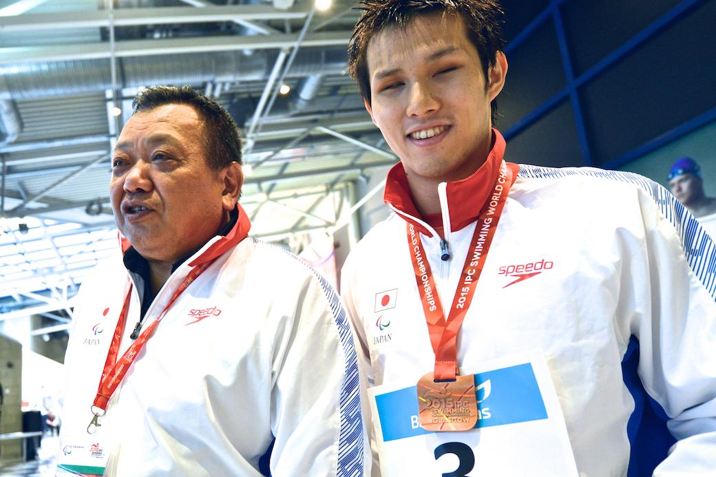 表彰式でほっとした表情をみせる木村敬一(右)と寺西真人コーチ(左)