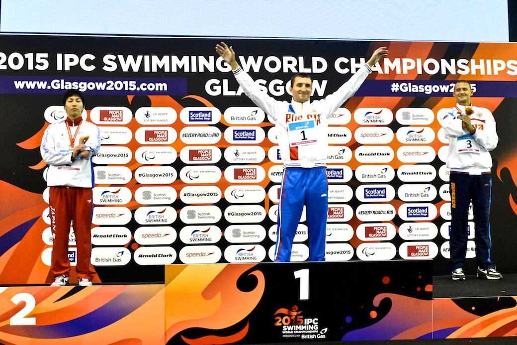 男子50メートル自由形S9で銀メダルを獲得した山田拓朗(左 NTTドコモ)