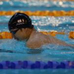 男子150メートル個人メドレーを泳ぐ鈴木孝幸