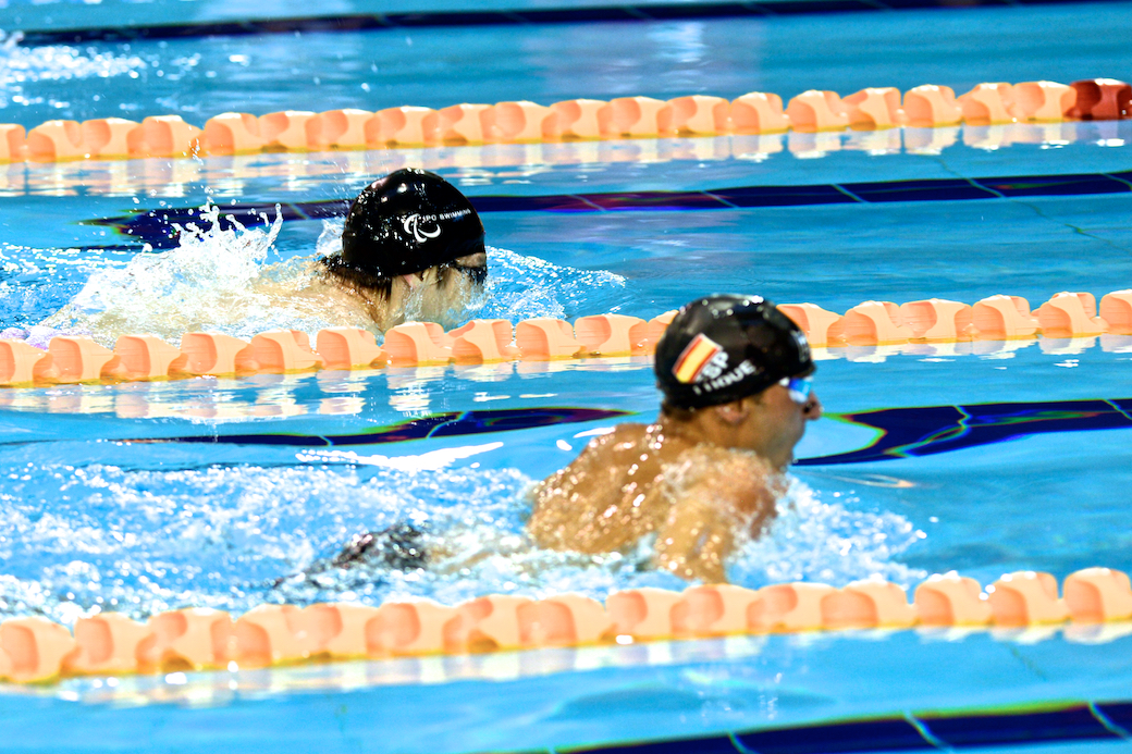 鈴木孝幸、50メートル決勝のフィニッシュ付近。結果は、5コースを泳ぐスペインの選手が1位になった
