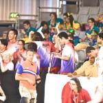 木村敬一のフィニッシュを見守る日本選手団