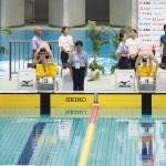 女子400メートル自由形、決勝。左・池愛里(左足首まひ)、右・小野智華子(全盲)