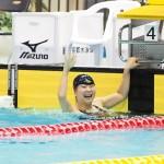 水上真衣(東京ラッコ)。女子50メートル自由形S8決勝のゴールで