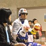 パラカフェで交流する旭川の応援隊長ニッポンマン