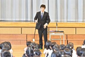 ターンやゴールを合図するタッピング棒の説明をする木村選手