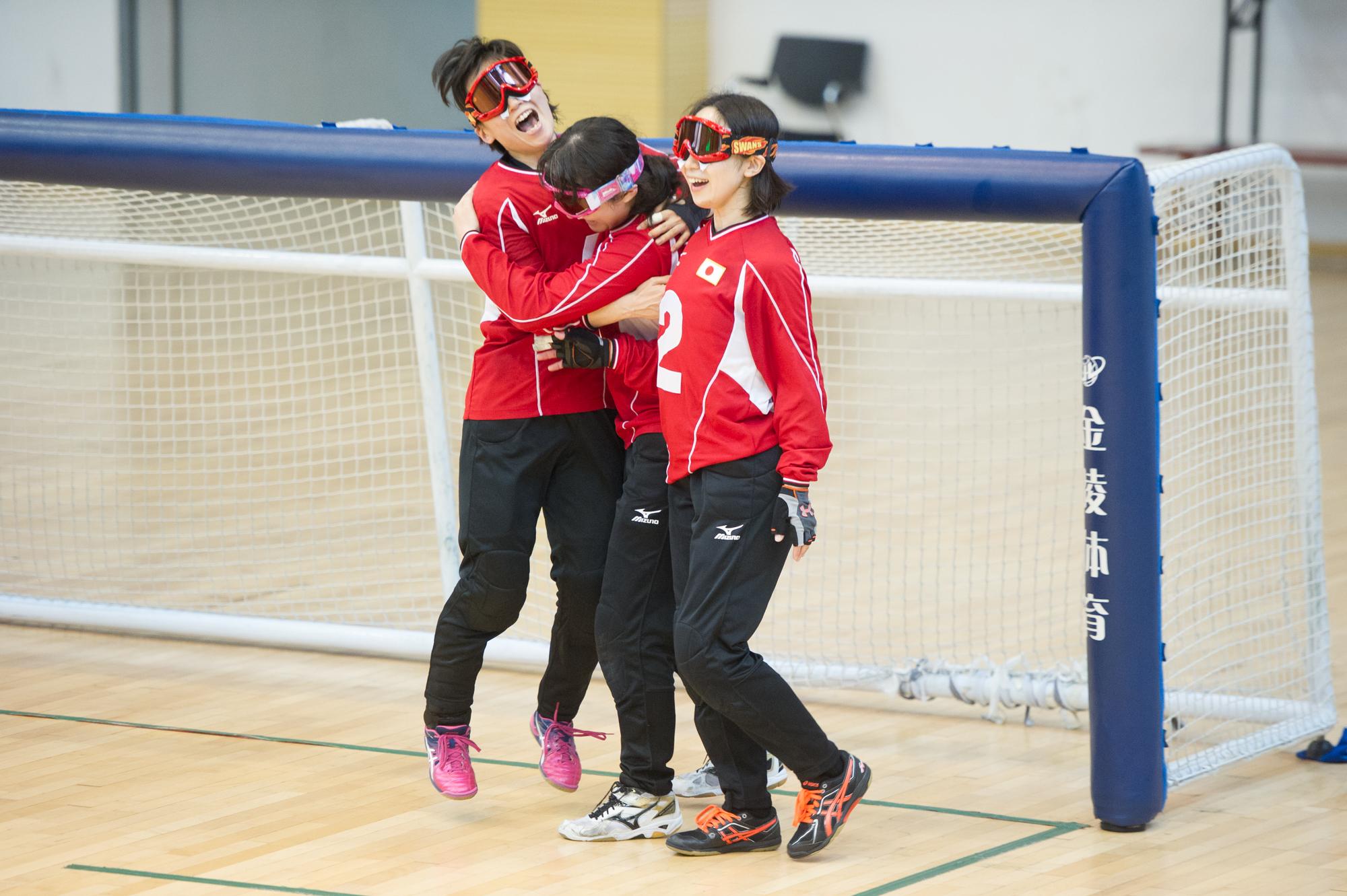 1−0で中国を下し、リオ出場権を勝ちとったゴールボール女子日本代表。左から、安達阿記子、若杉遥、浦田理恵 写真提供:一般社団法人日本ゴールボール協会、撮影/市川亮