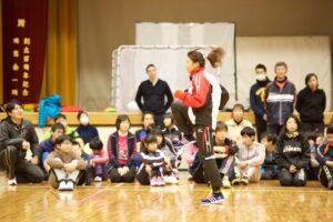 千明選手をモデルに走る姿勢の基本練習する