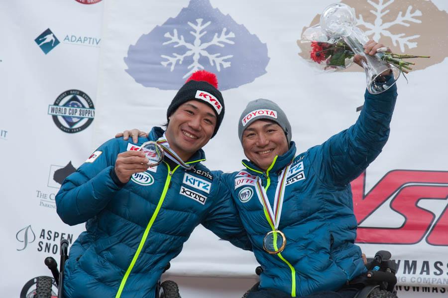種目別スラローム男子座位優勝、森井大輝選手(右)。同2位、鈴木猛史選手(左)