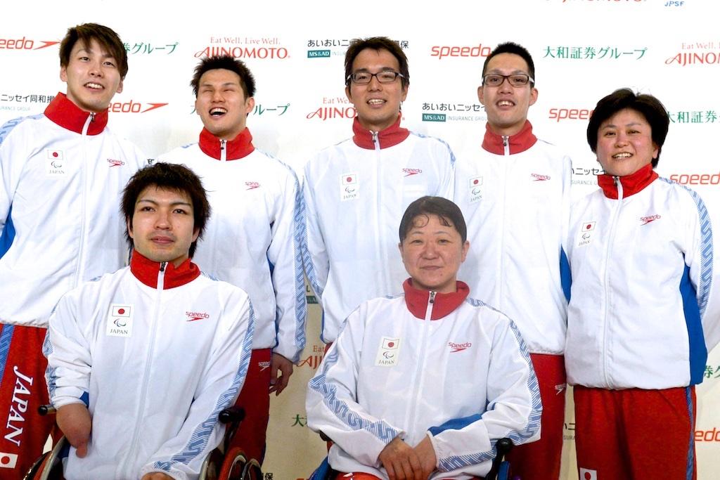 3月6日、富士記録会で派遣標準記録を突破と同時にリオパラリンピック出場を確実とした6人。左上から、山田拓朗、木村敬一、小山恭輔、中村智太郎、左下・鈴木孝幸、成田真由美と峰村史世監督