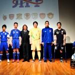 設立記者会見に出場した障がい者サッカー連盟の選手と北澤豪会長