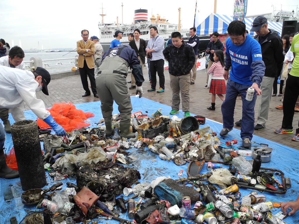 ダイバーによる海底の清掃で引き上げられたゴミ