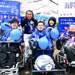電動車椅子サッカー選手と北澤豪会長、東ちづる代表