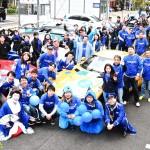 ブルーをあしらった車両でイベントに参加した人々を中心としたチーム