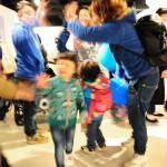 自閉症の人の作品を展示したギャラリーで行われたパーティー