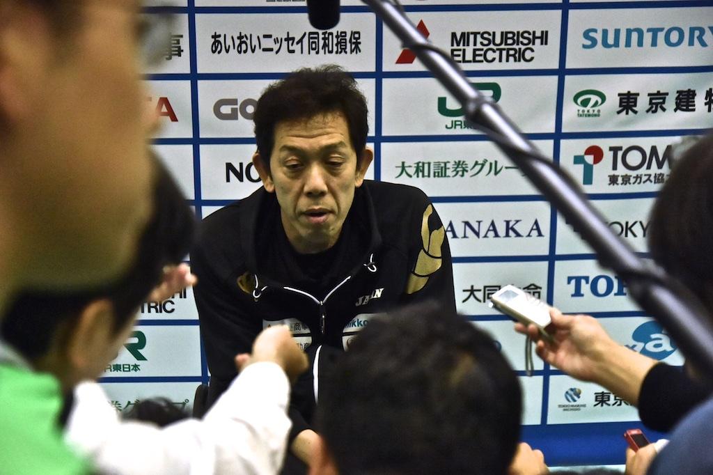 メディアに囲まれ試合の感想を語る日本チームヘッドコーチ荻野晃一 写真・加藤慶次郎