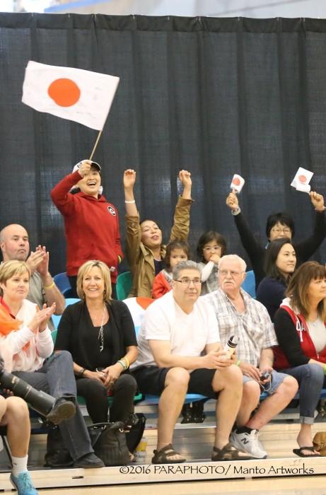 日の丸で応援するカナダ人たち 写真・中村真人
