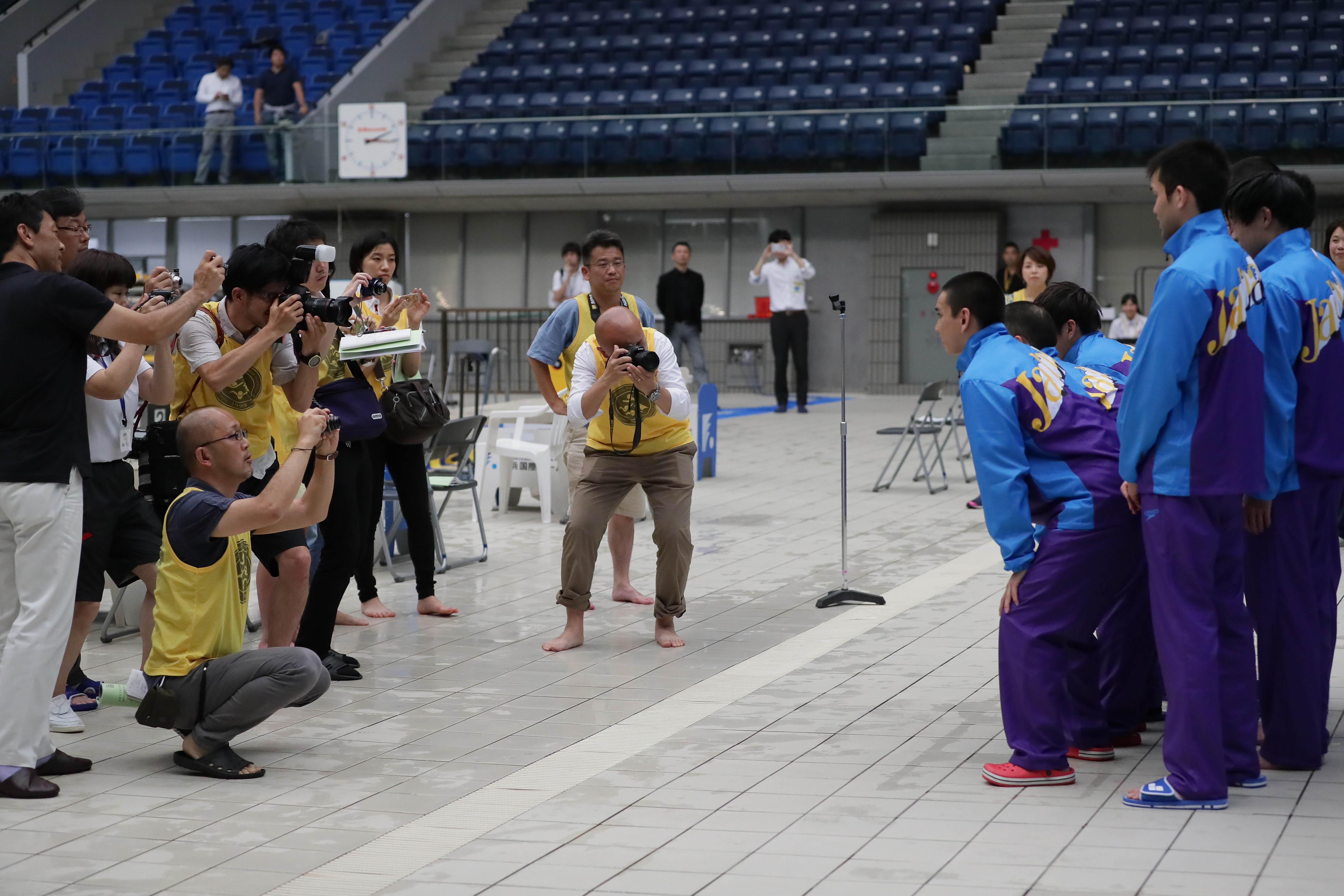 メディアに囲まれた壮行会の撮影の様子 写真・藤井理仁