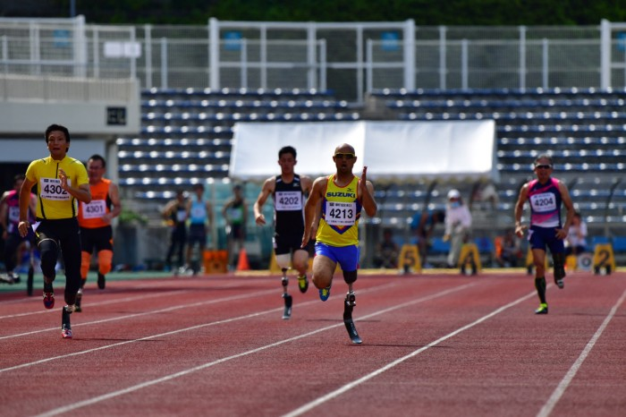 100メートルT42のレース。3レーンを走る山本篤(スズキ浜松AC)